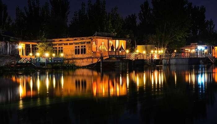 Houseboat Stay in kashmir